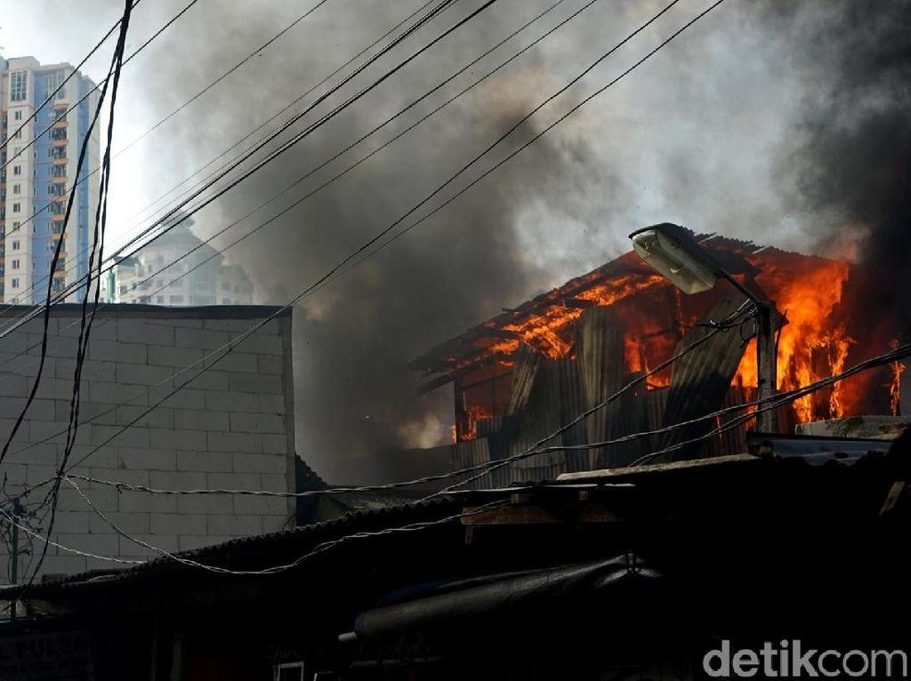 Foto-foto Kebakaran di Pemukiman Belakang Polsek Kemayoran