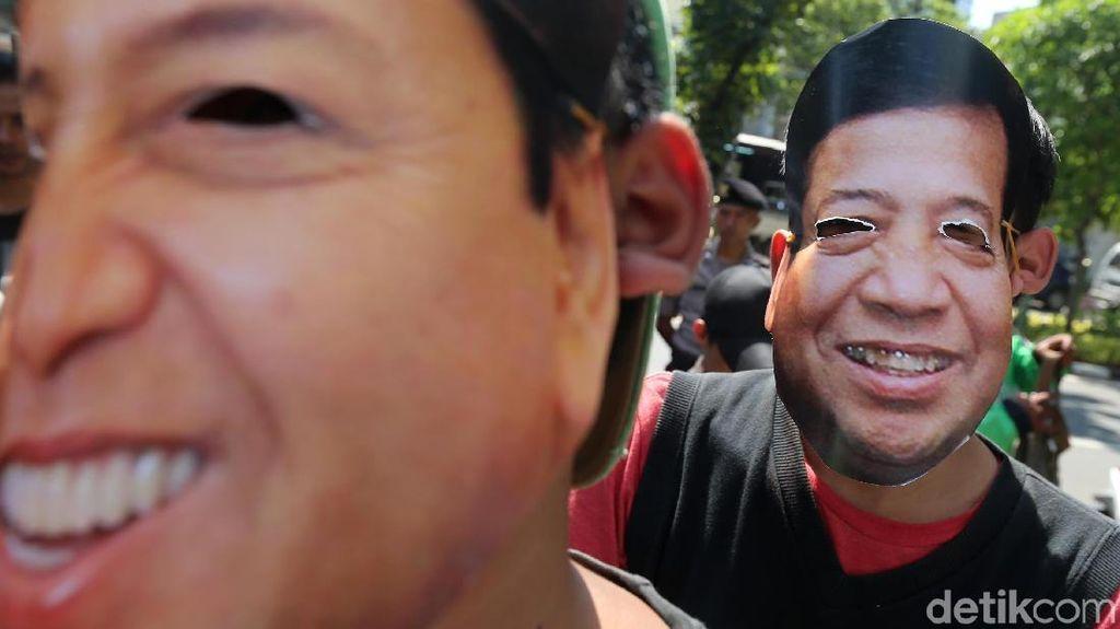 Massa Bertopeng Minta Hakim Tidak Percaya Pleidoi Novanto