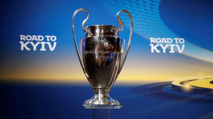 Trofi Liga Champions saat pengundian babak semifinal (Foto: Stefan Wermuth/Reuters)