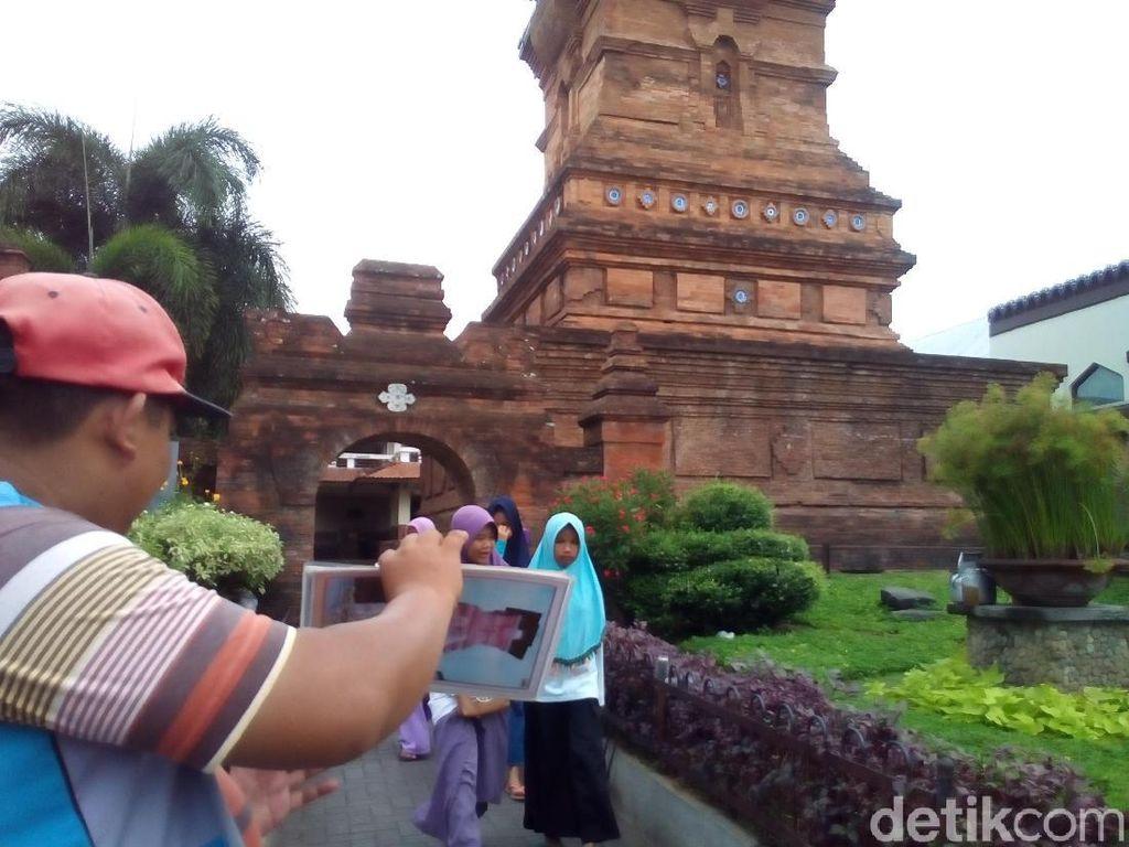 Nasib Tukang Foto Menara Kudus di Tengah Gempuran Kamera Ponsel