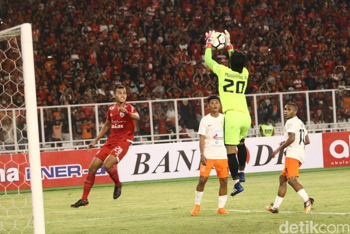 Macan Kemayoran nyaris mencetak gol saat laga baru berjalan enam menit lewat tendangan Marko Simic. Namun, bola hasil sepakan striker asal Kroasia itu masih sedikit melambung di atas gawang.