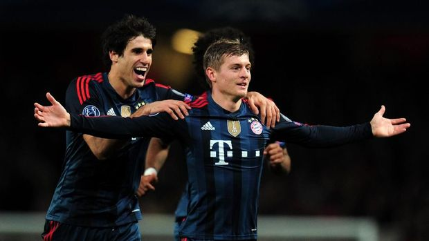 LONDON, ENGLAND - FEBRUARY 19:  Toni Kroos of Bayern Muenchen celebrates scoring the opening goal with Javi Martinez of Bayern Muenchen during the UEFA Champions League Round of 16 first leg match between Arsenal and FC Bayern Muenchen at Emirates Stadium on February 19, 2014 in London, England.  (Photo by Shaun Botterill/Getty Images)