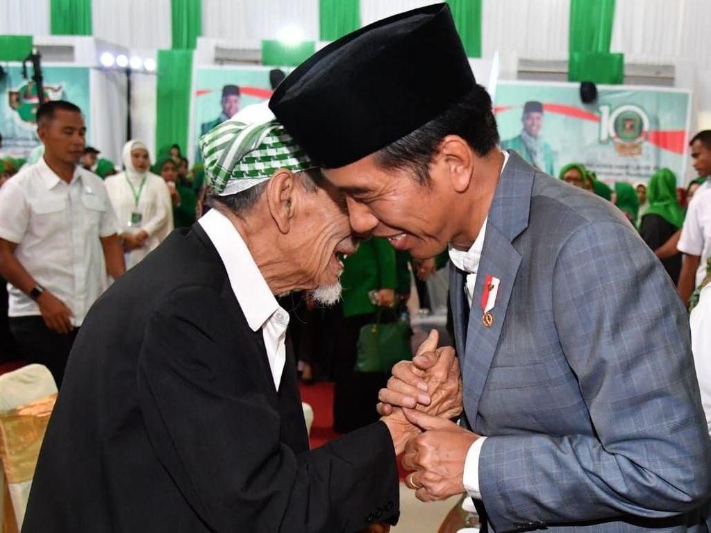 Momen Jokowi Genggam Tangan dan Cipika-cipiki ke Mbah Moen