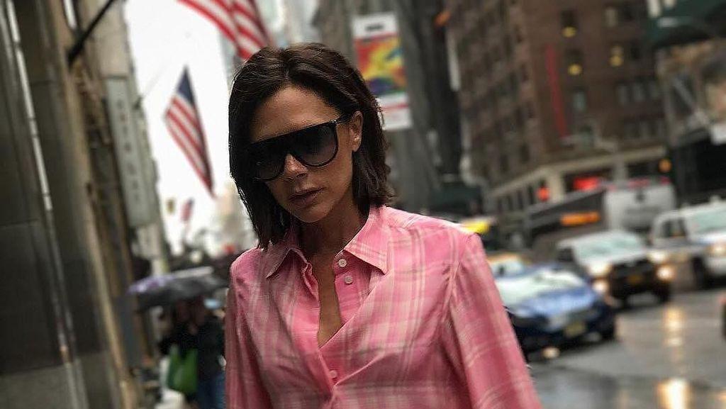 Foto: Gaya Modis Victoria Beckham Pakai Baju Kedodoran