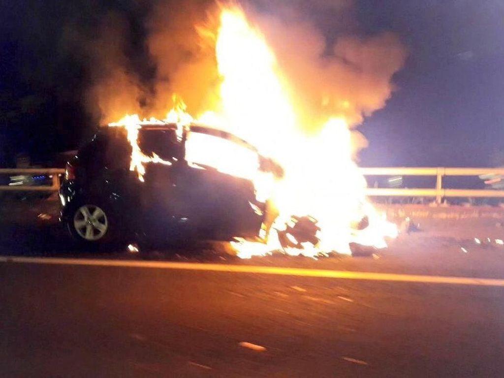 Mobil Terbakar di Tol Dalam Kota Tebet, Lalin Macet