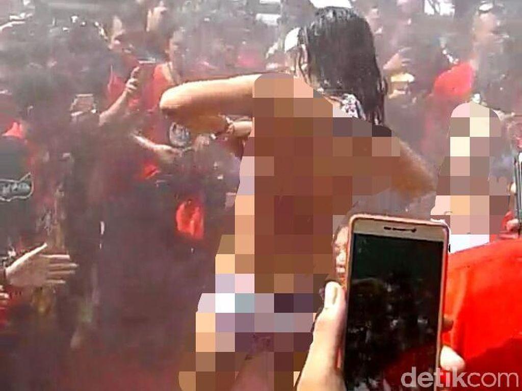 Geger Tarian Erotis di Pantai Kartini Siang-siang Bolong