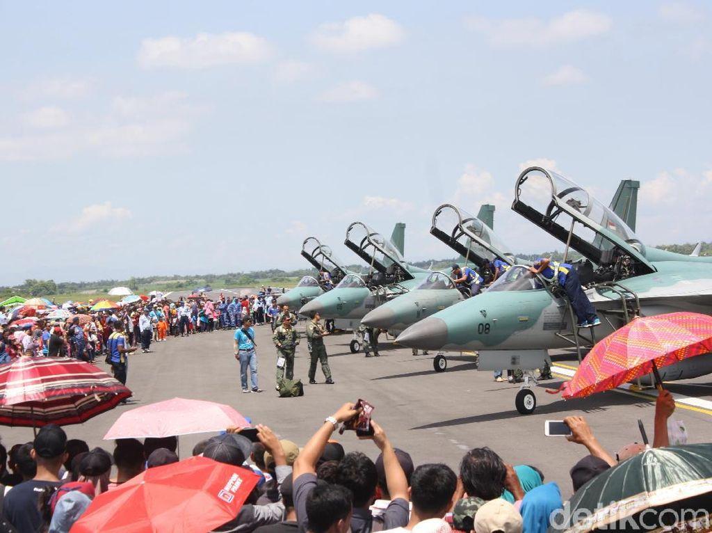Girangnya Warga Nonton Manuver Pesawat Tempur di HUT TNI AU