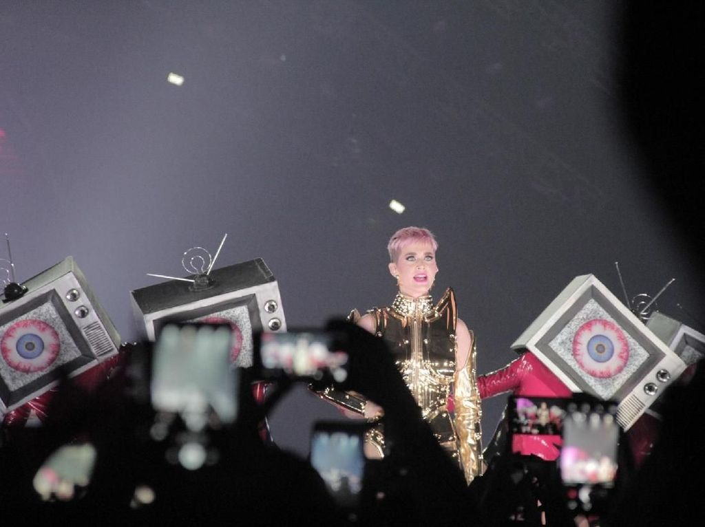 Cahaya Menyilaukan Katy Perry di Witness Tour