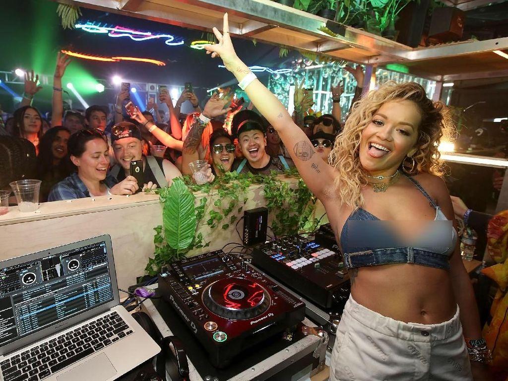 Rita Ora Menjajakan Minuman Sambil Nge-DJ