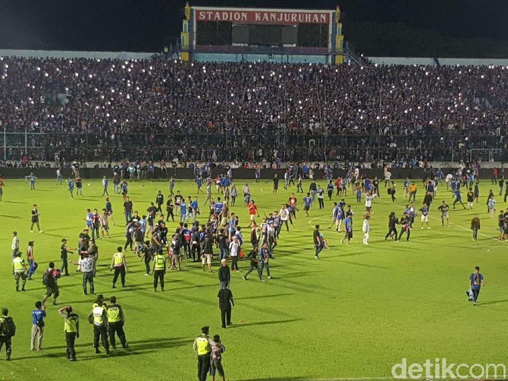 Foto: Rusuh Suporter di Laga Arema vs Persib