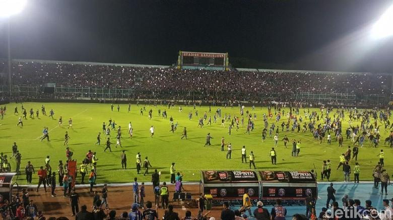 Rusuh Suporter di Injury Time Laga Arema FC Vs Persib Bandung