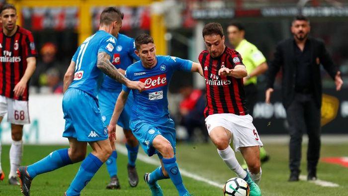 Napoli diimbangi AC Milan. (Foto: Alessandro Garofalo/Reuters)