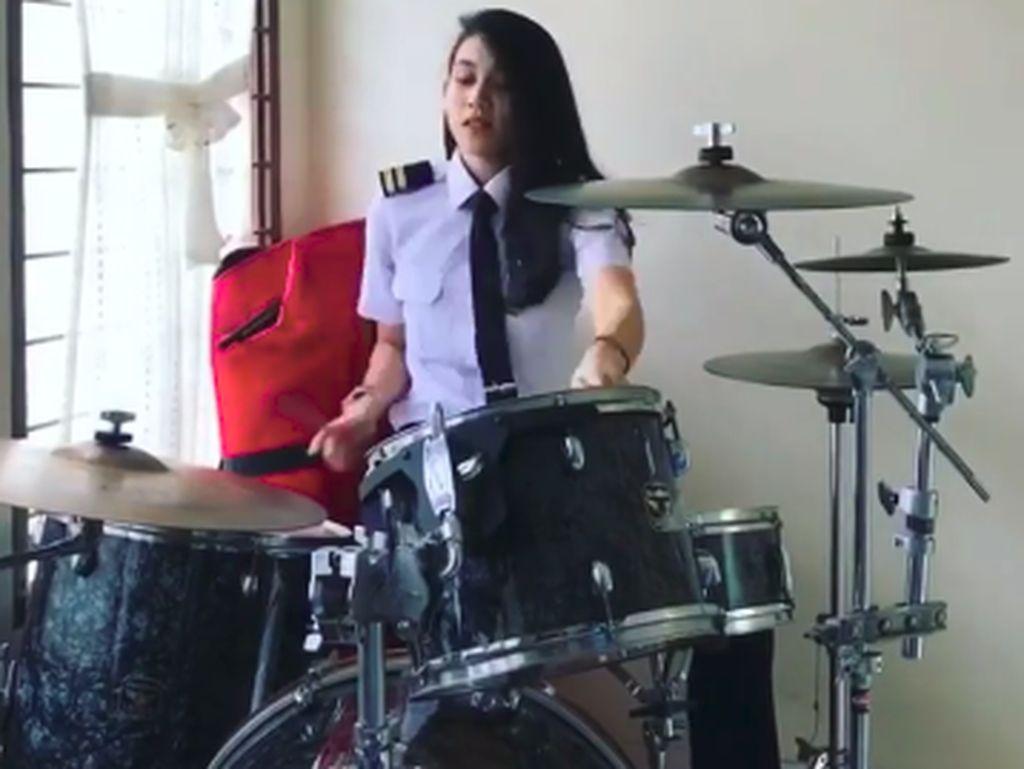 Selain Jago Gebuk Drum, Pilot Cantik Athira Farina Juga Gemar Olahraga