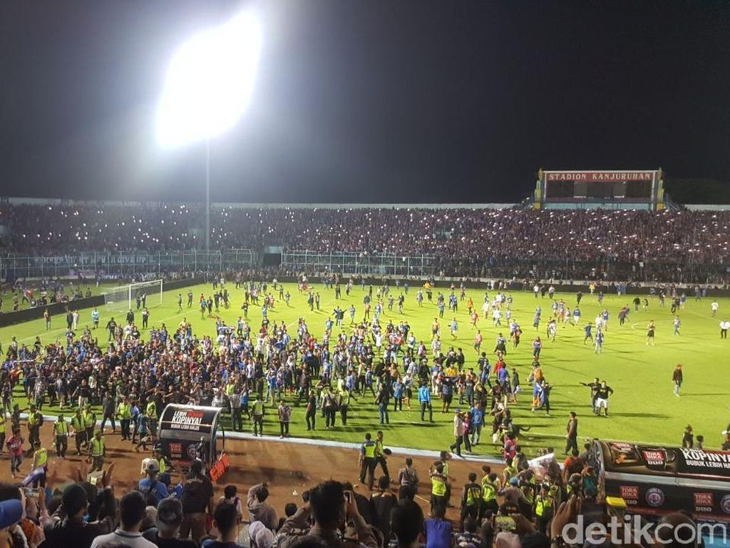 Foto: Kerusuhan Suporter Saat Injury Time Laga Arema vs Persib