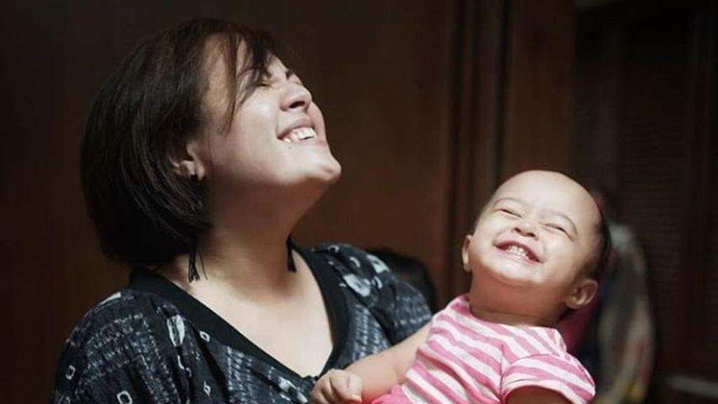 Foto-foto Ini Tunjukkan Cynthia Lamusu dan Putrinya Mirip Banget