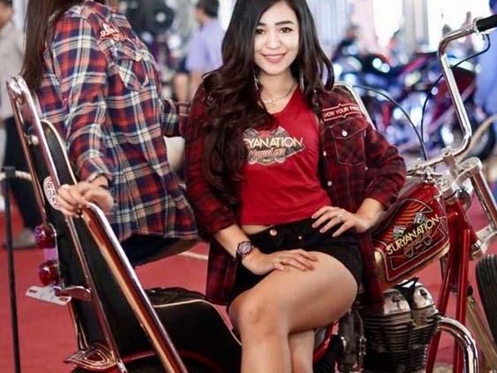 Gadis Cantik dan Motor Modifikasi