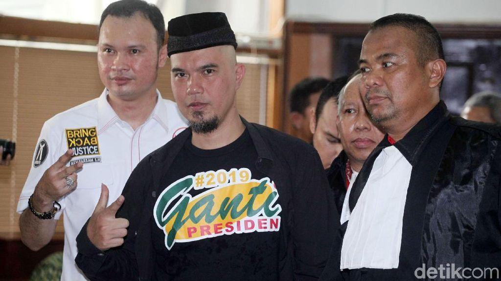 Ahmad Dhani Berkaus #2019GantiPresiden di Sidang Perdana