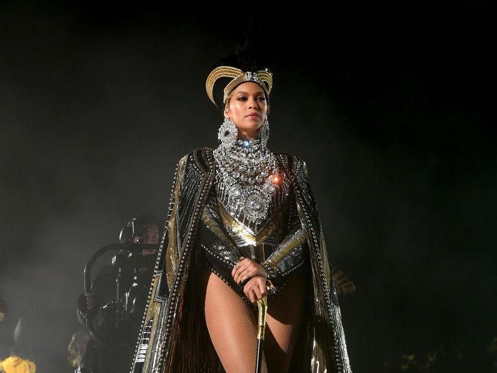 Foto: Gaya Seksi Beyonce Jadi Ratu Mesir di Coachella 2018