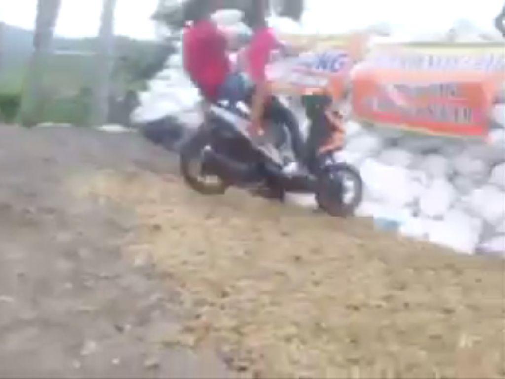 Video Motor Terbang di Turunan Cangar, Batu
