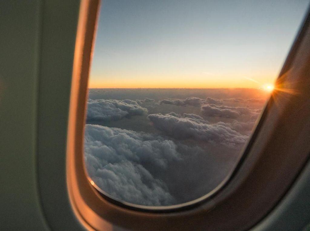 Salam Perpisahan Lewat Lukisan Pesawat di Udara