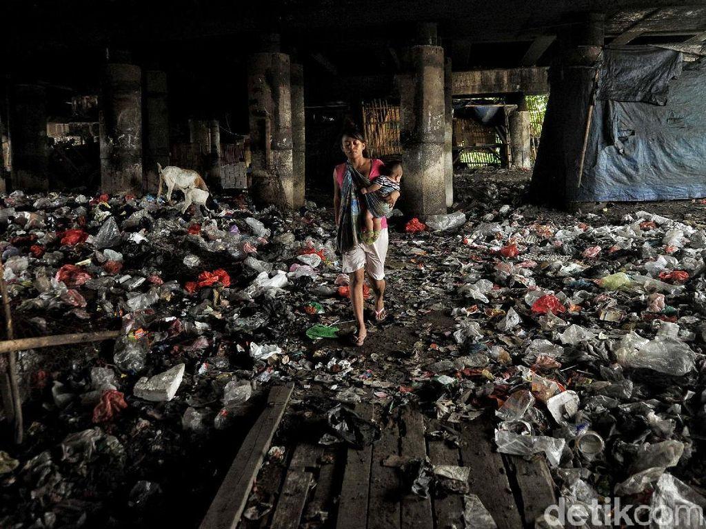 Potret Tumpukan Sampah di Kolong Tol Tanjung Priok