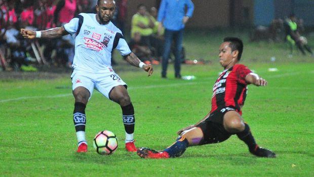 Muhamad Tahir dan kawan-kawan kecolongan satu gol di babak pertama dari Persib Bandung. (