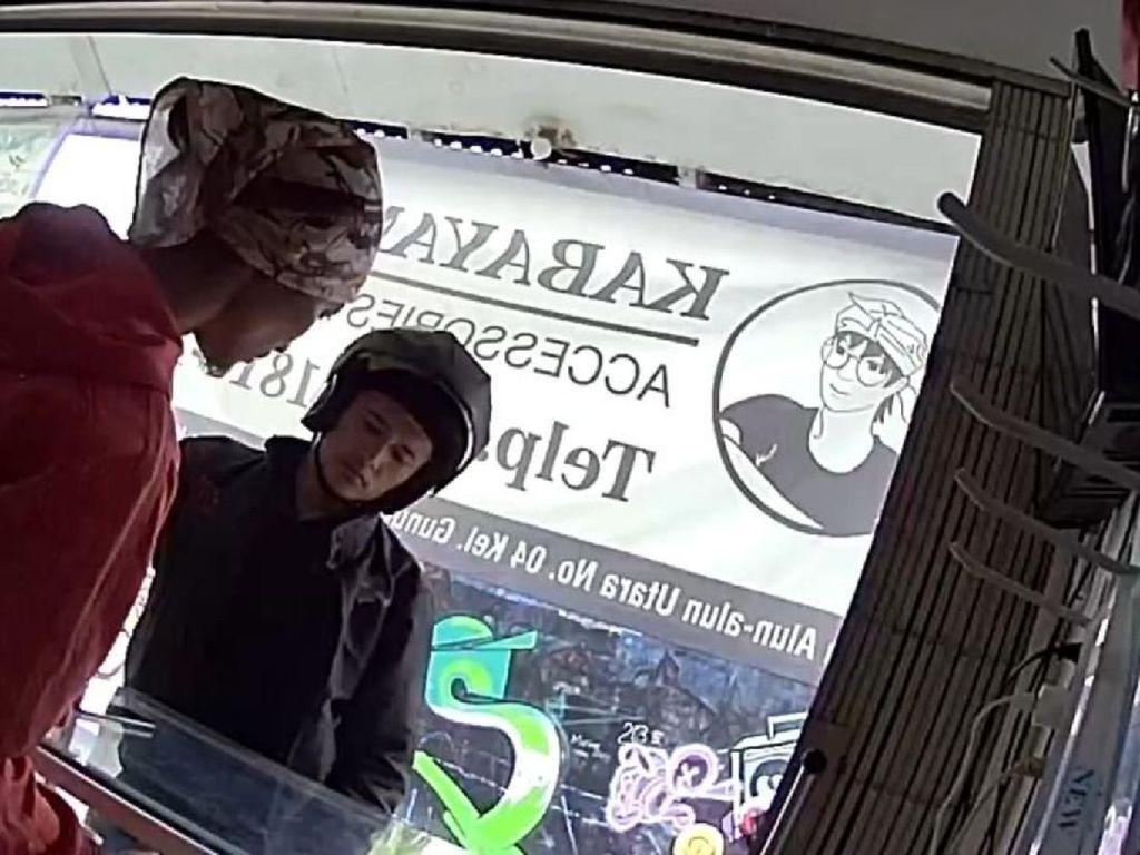 Aksi Pria Berhelm Curi Ponsel di Sukabumi Terekam CCTV