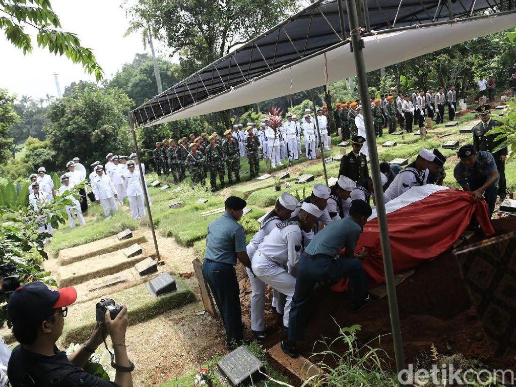 Jenazah Amoroso Katamsi Dimakamkan Secara Militer