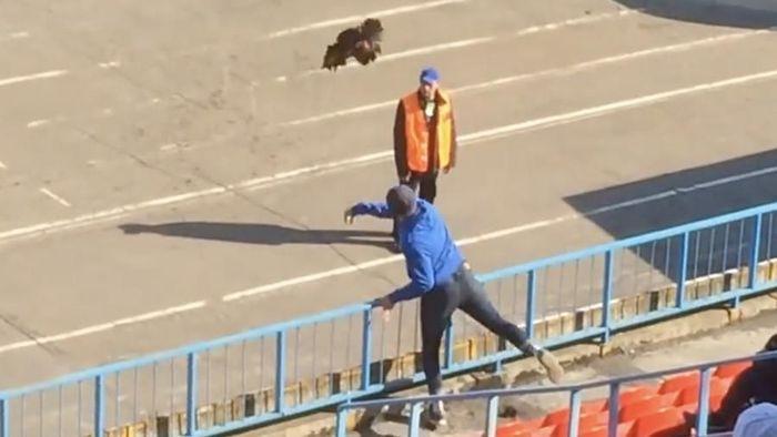 Insiden lempar ayam di sebuah laga sepakbola Rusia (Foto: Screenshot Twitter)
