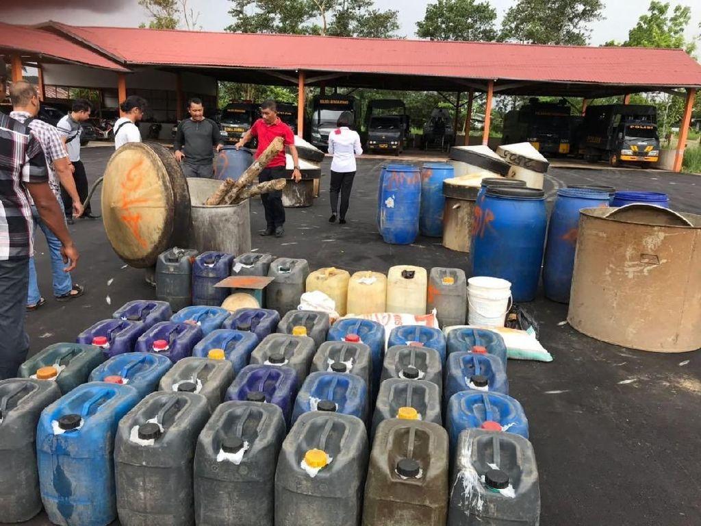 Polisi Gerebek Dusun Produsen Arak di Kalbar, Puluhan Drum Disita