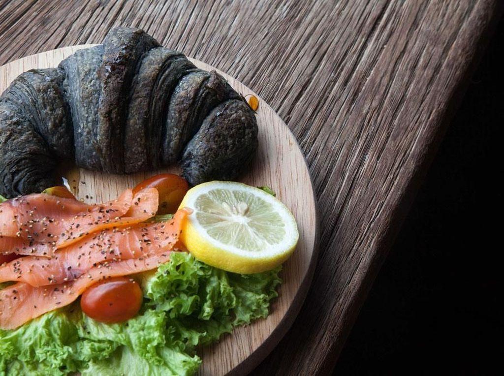 Croissant Hitam Pakai Bubuk Arang Kini Mengundang Kontroversi