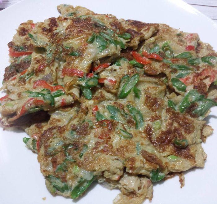 @siung_jung membuat sajian telur dadar sehat yang unik. Telur dipadu dengan irisan kacang panjang dan cabai merah. Rasanya gurih dan makin enak dimakan bersama dengan nasi hangat. Foto: Instagram @siu_jung