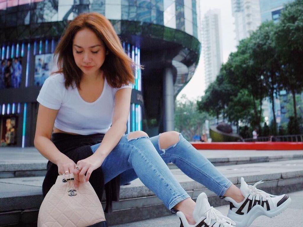 Gaya 7 Artis Indonesia Pakai Dad Sneakers Louis Vuitton Rp 15 Juta