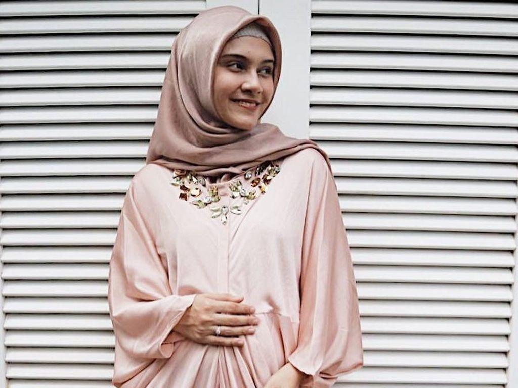 Nyaman dan Stylish, Ini Gaya Hijab Zeezee Shahab Saat Hamil Anak Kedua