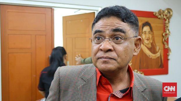 Ketua DPP PDIP Andreas Hugo Parreira menanggapi soal pencalonan Ketua Umum Partai Gerindra Prabowo Subianto di Kantor DPP PDIP, Jakarta, Rabu (18/4).