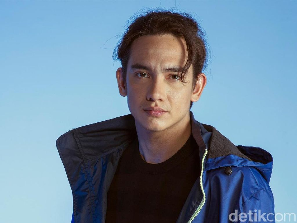 Seru! Main This Or That Game Bareng Adipati Dolken