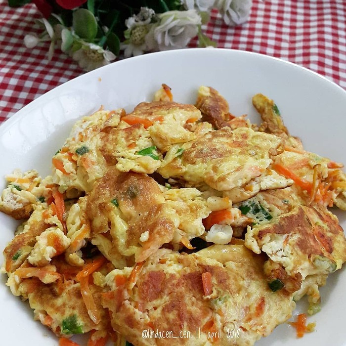 Telur dadar dengan paduan campuran sayuran seperti wortel. Telur dadar seperti ini menyehatkan juga yaa. Foto: Instagram @lindacen_cen