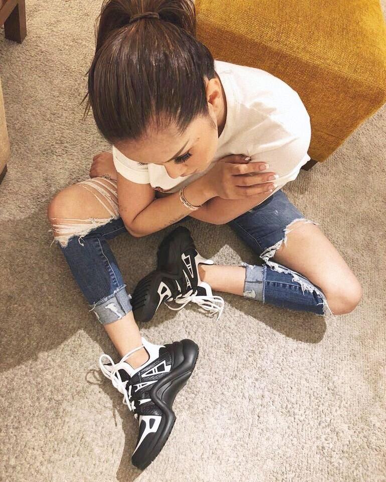 49a90cabd963 Dad sneakers LV membuat statement untuk padanan simpel antara T-shirt putih  basic dan ripped