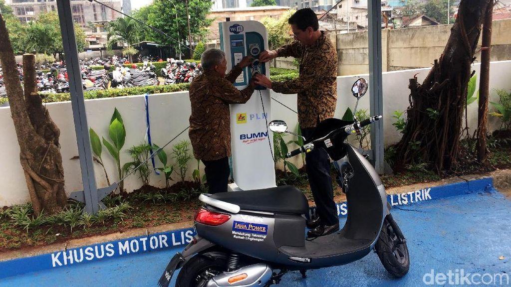 Tempat Ngecas Motor Listrik Pertama di Perkantoran Jakarta