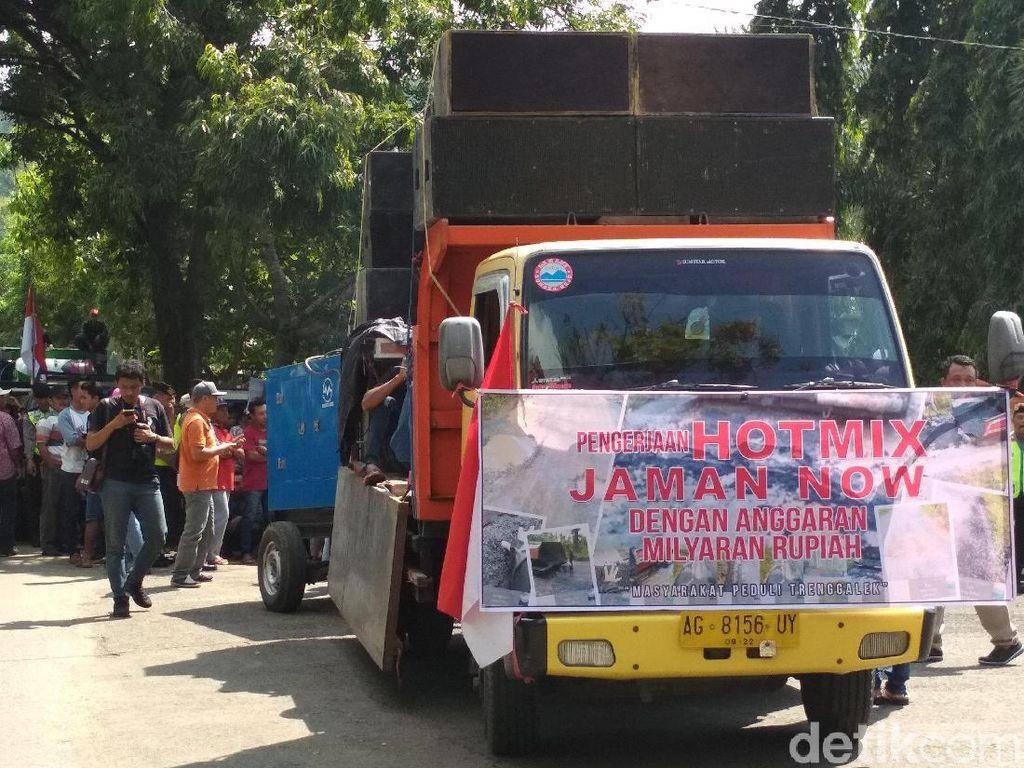 Ratusan Warga Trenggalek Protes Kualitas Pembangunan Jalan