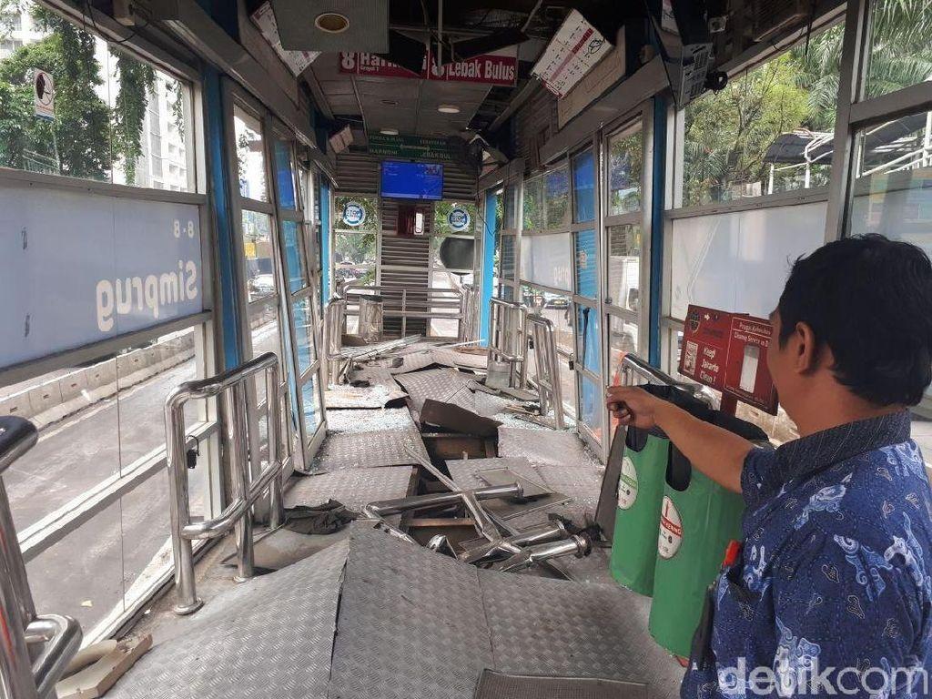 Foto: Penampakan Halte TransJ Simprug Rusak Berat Dihantam Truk