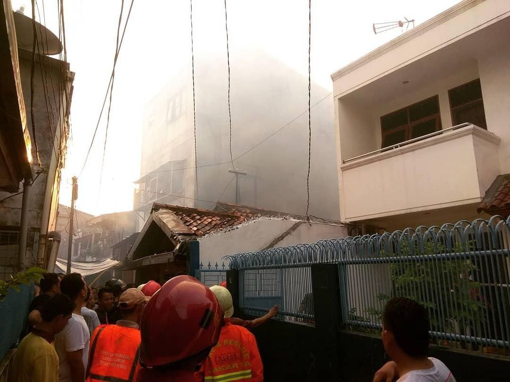 Rumah Konveksi di Tambora Terbakar, 19 Damkar Dikerahkan