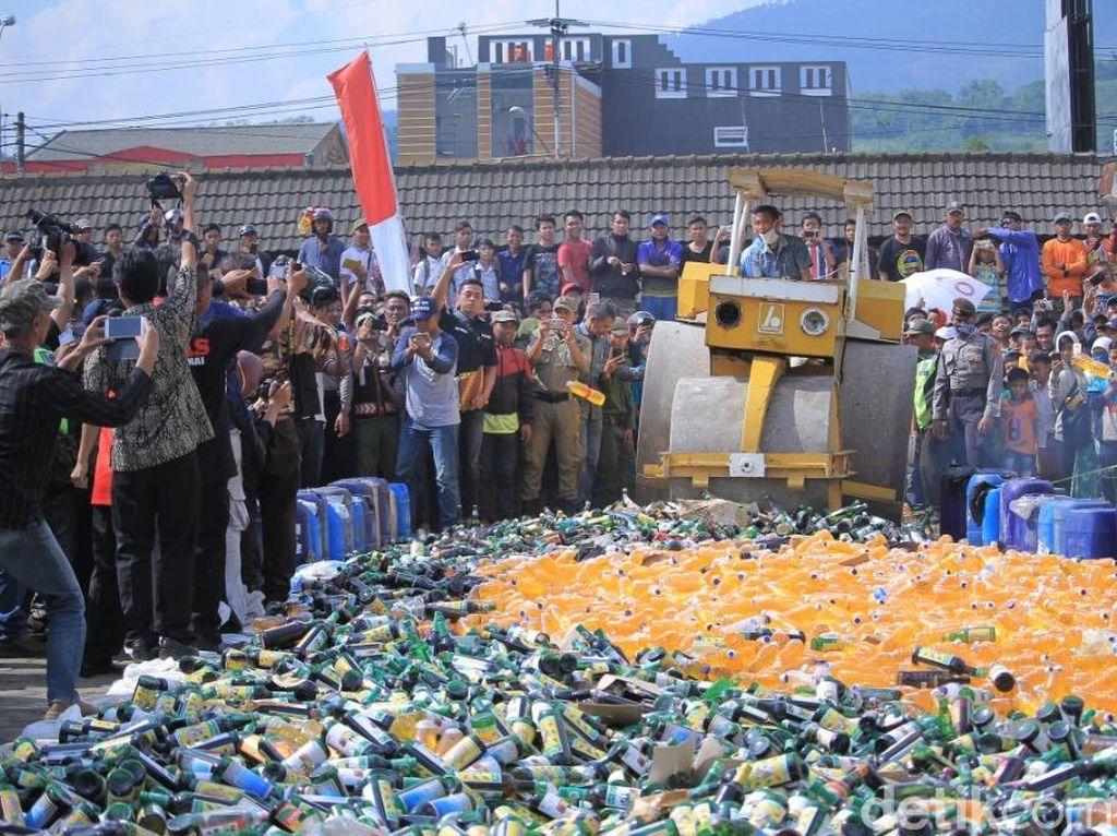 Alat Berat Gilas Ribuan Botol Miras Racikan Big Bos