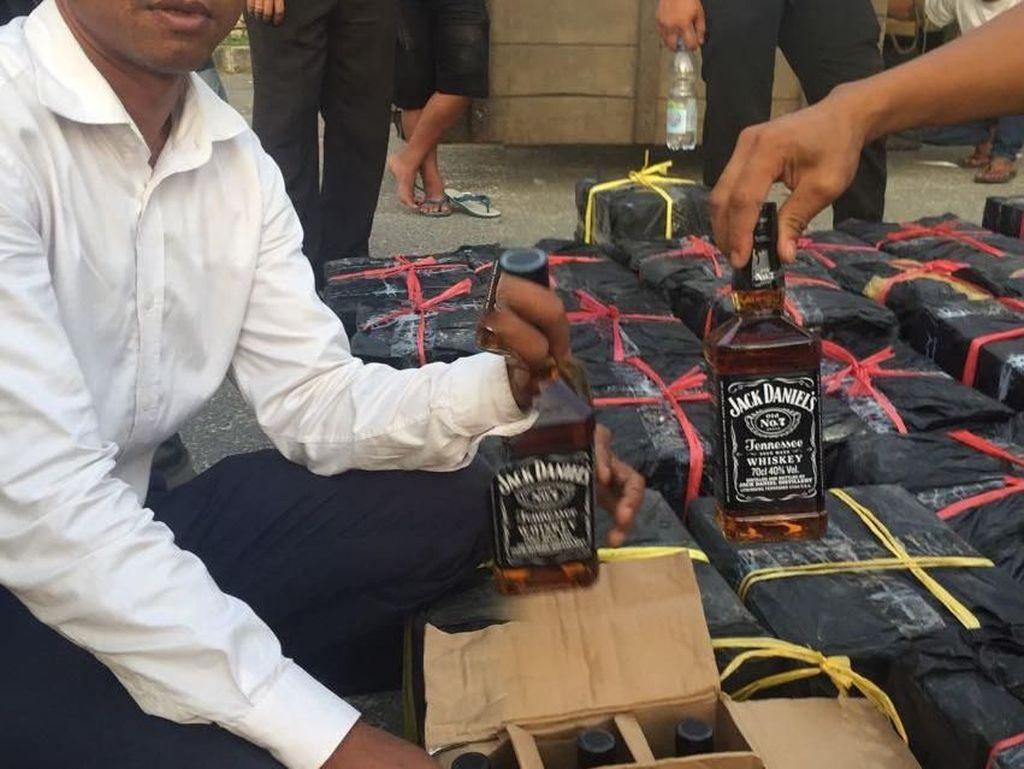 Ribuan Botol Miras Ilegal dari Batam Diamankan di Riau