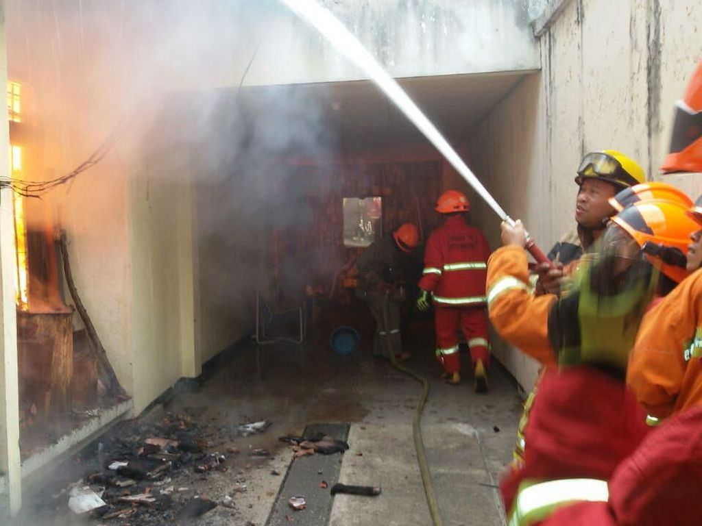 Rumah Semi Permanen di Lodaya Bandung Hangus Terbakar
