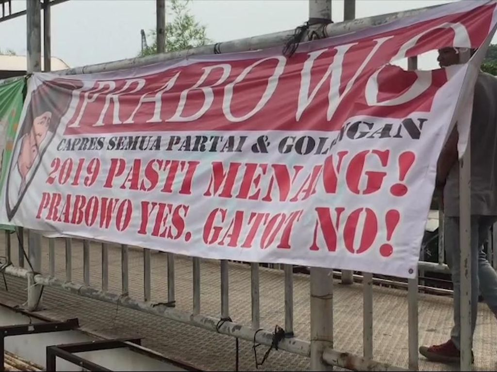 Video Spanduk Prabowo Yes, Gatot No! di Matraman