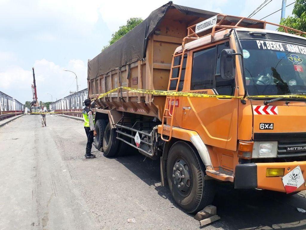 Foto: Ini Satu-satunya Truk yang Lolos saat Jembatan Babat Ambrol