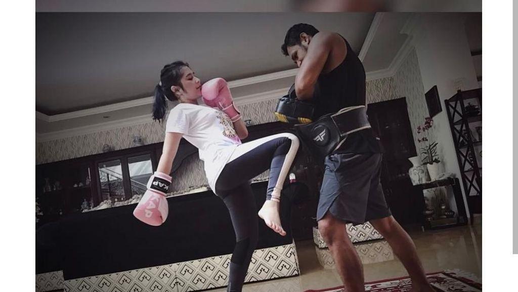 Gaya Sporty Prilly Latuconsina yang Gemar Olahraga Muay Thai