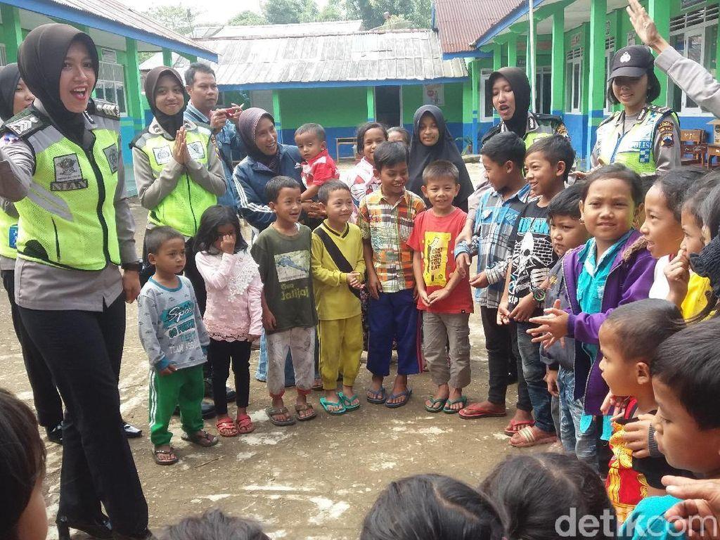 Ketika Polwan Cantik Ajak Anak-anak Korban Gempa Nyanyi Bareng