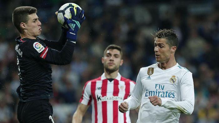 Kepa Arrizabalaga bikin sembilan penyelamatan saat melawan Real Madrid. (Foto: Arroyo Moreno/Getty Images)
